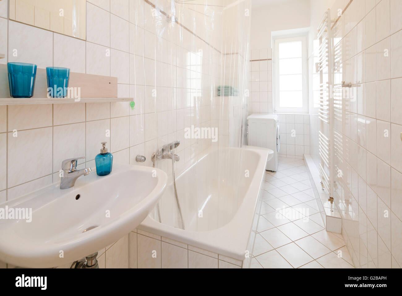 Bagni Piastrelle Bianche : Wisbyer strasse una moderna stanza da bagno con piastrelle