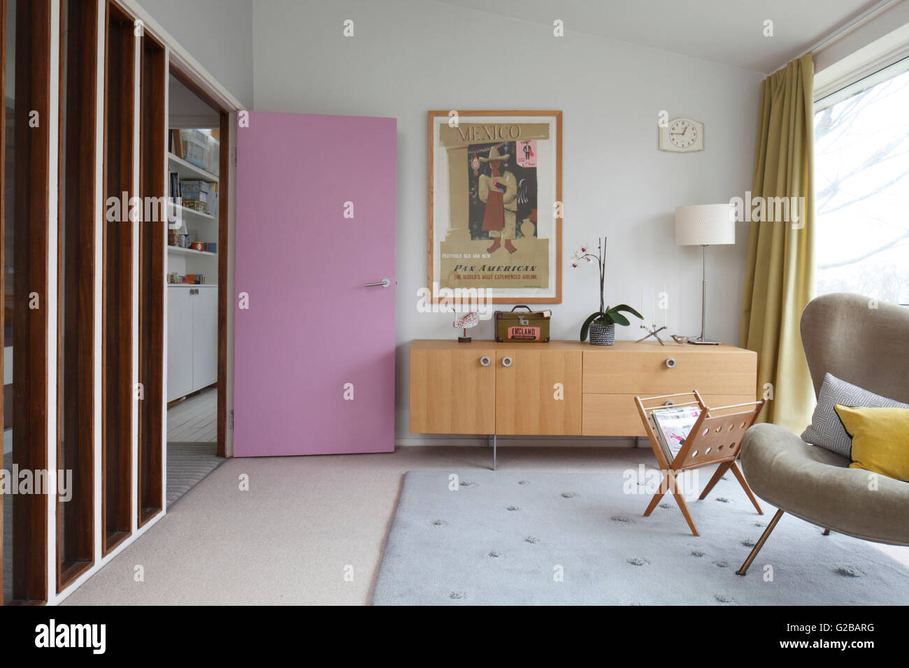 Credenza Moderna Vintage : Lestremità opposta del soggiorno con porta di malva e moderna