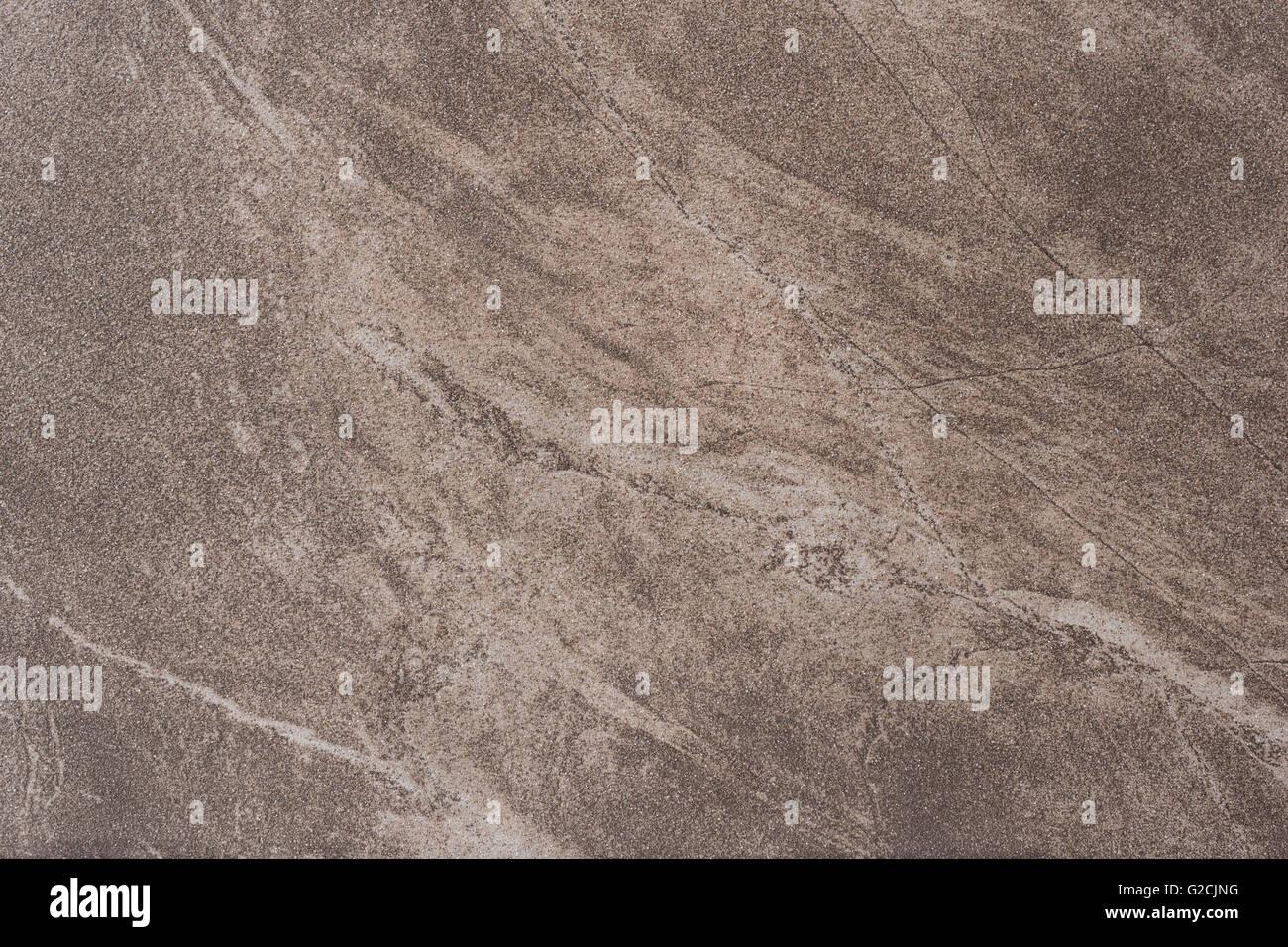 Si tratta di un pavimento di piastrelle con un marmo marrone