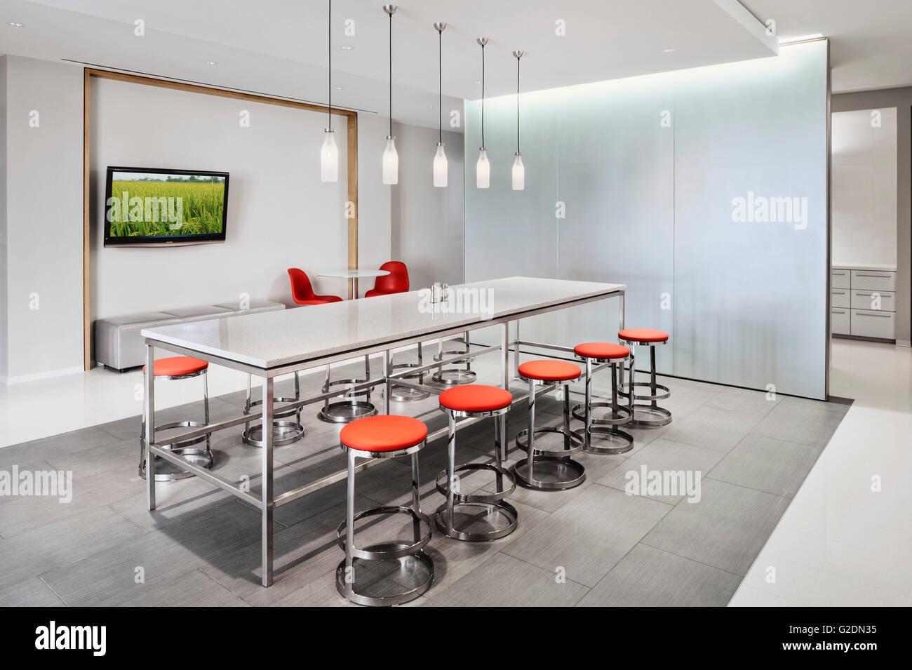 Dipendente area salotto con tavolo moderno e sgabelli arancione
