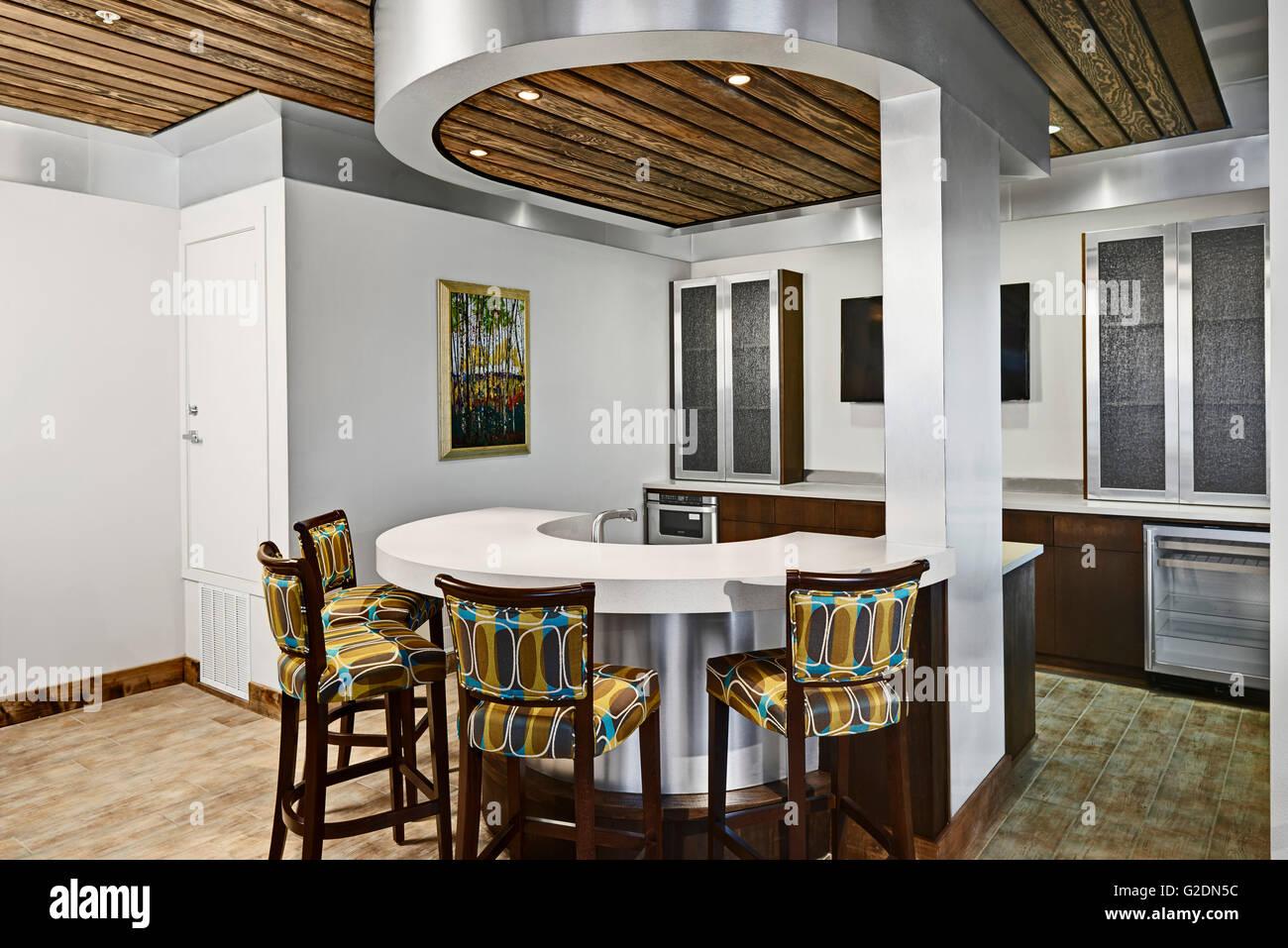 Cucina moderna con contatore circolare e colorato sgabelli