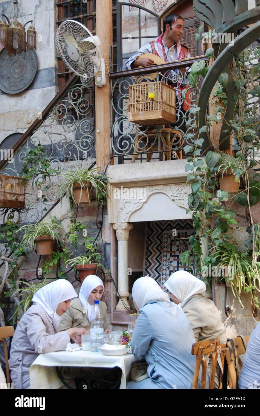 Damasco - Beit Jabri Ristorante, quattro signore il hijab come avente il pranzo Immagini Stock