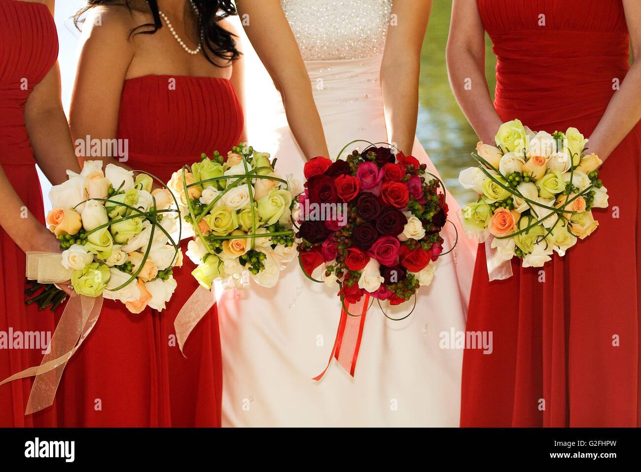 Bouquet Sposa E Damigelle.Sposa E Le Sue Damigelle Hanno Con Bouquet Di Rose Foto Immagine