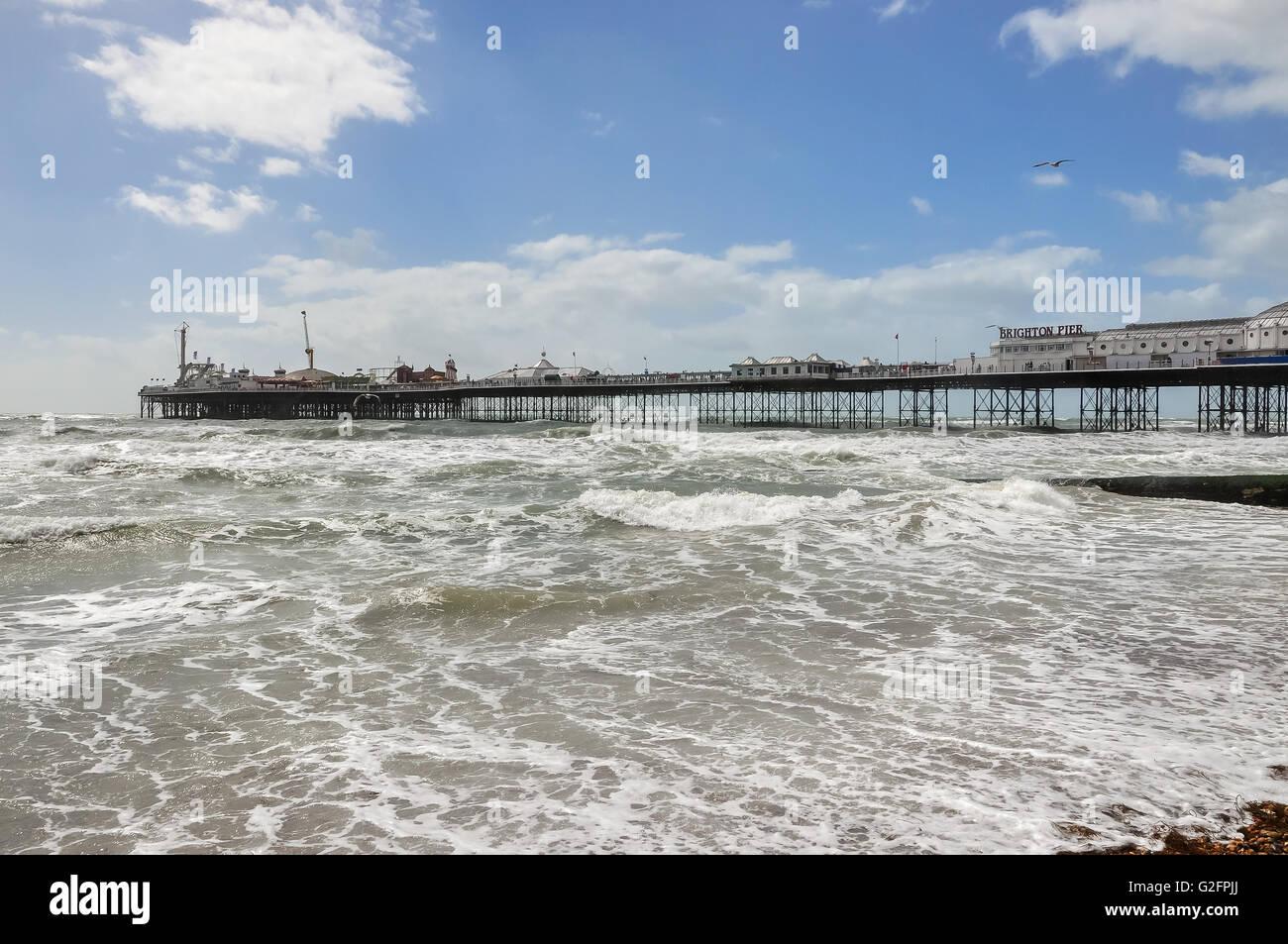 Vista del mare mosso e il Brighton Pier in una giornata ventosa, Regno Unito Immagini Stock