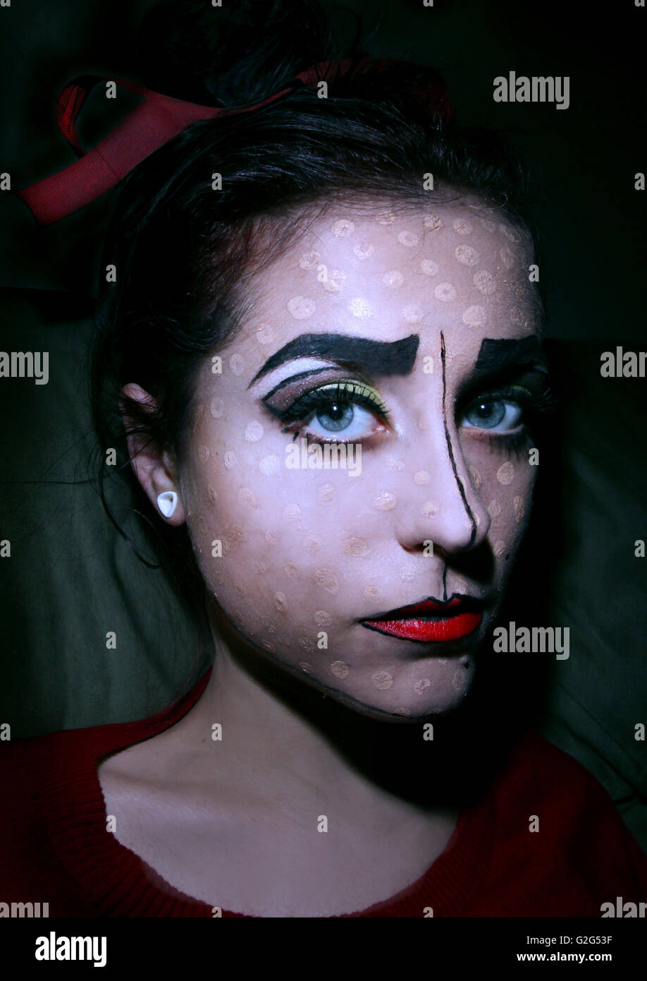 Donna con dipinti faccia Clown-Like Foto Stock