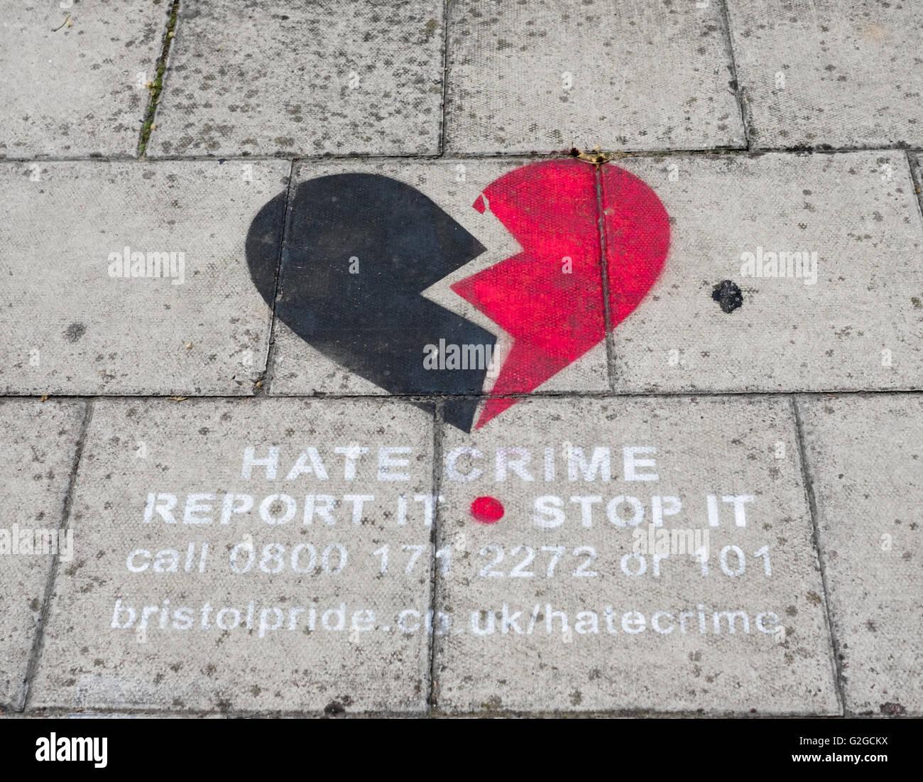 Pavimentazione murale evidenziando il sito di un odio la criminalità in Bristol Immagini Stock