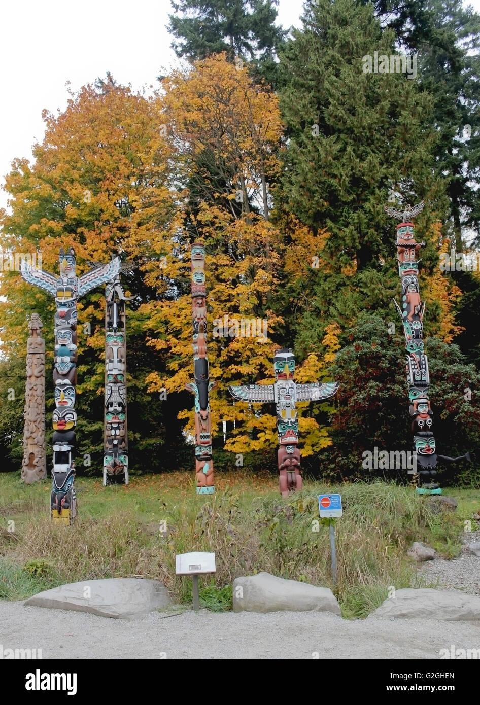 Colorato Foglie di autunno con Totem Poles in Vancouver Immagini Stock
