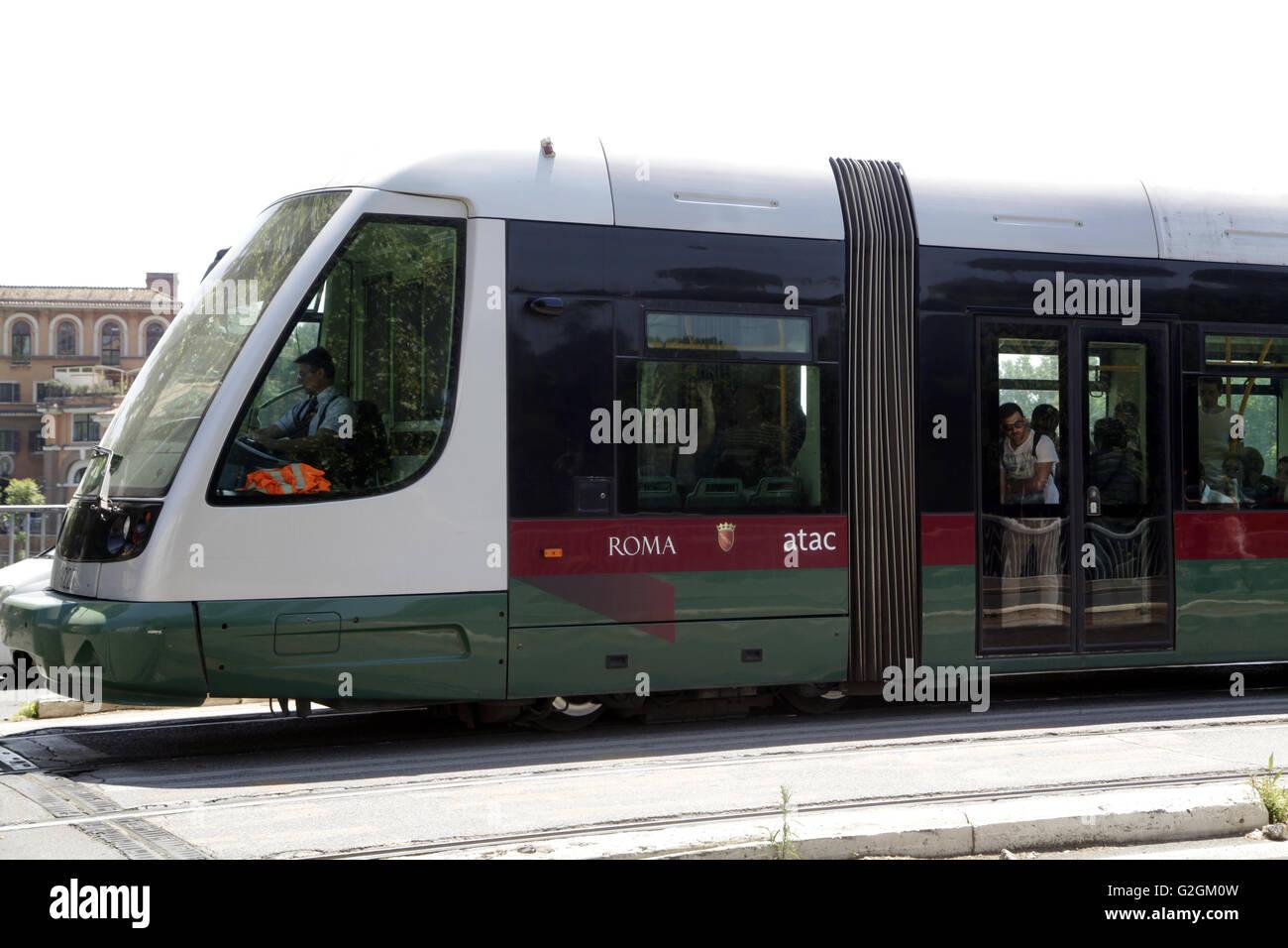 I passeggeri sull'ATAC SpA tram in Roma, Italia. Nel 2009 ATAC SpA fornito più di 1,1 miliardi di corse Immagini Stock