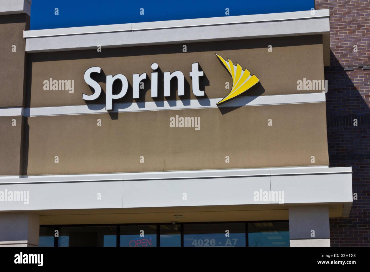 Indianapolis - Circa Novembre 2015: Sprint Wireless Retail Store. Sprint è un provider di servizi wireless Immagini Stock