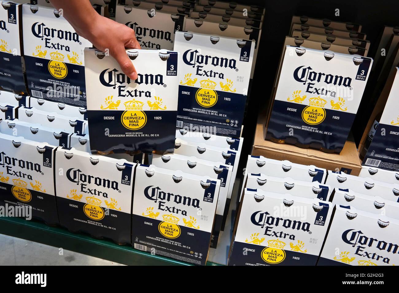 Ripiani con corona 3pack imballaggi di birra in un supermercato. Immagini Stock