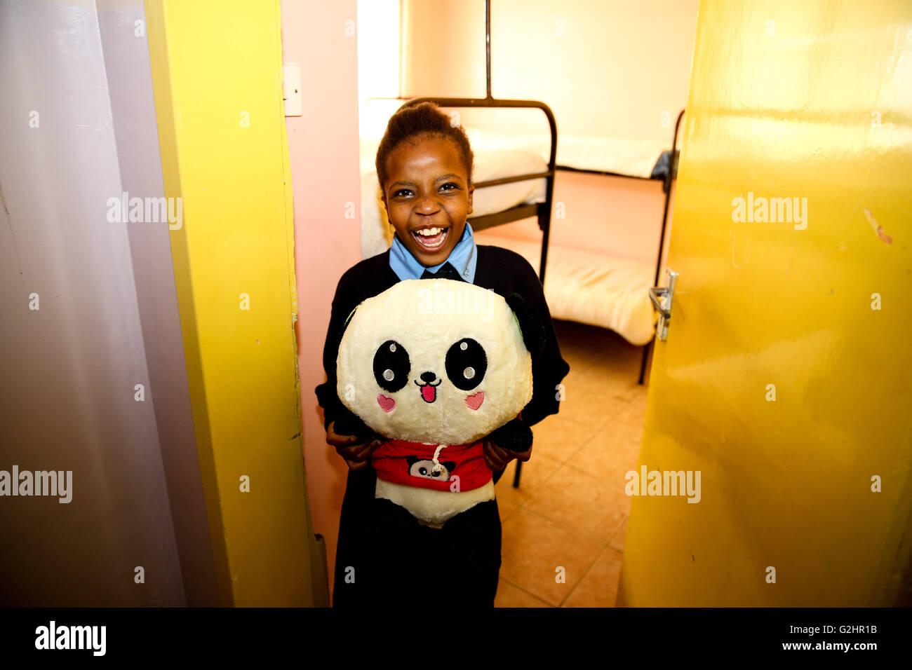 (160531) -- NAIROBI, Maggio 31, 2016 (Xinhua) -- Kainia, un 10-anno-vecchia ragazza, mostra il suo giocattolo panda Foto Stock