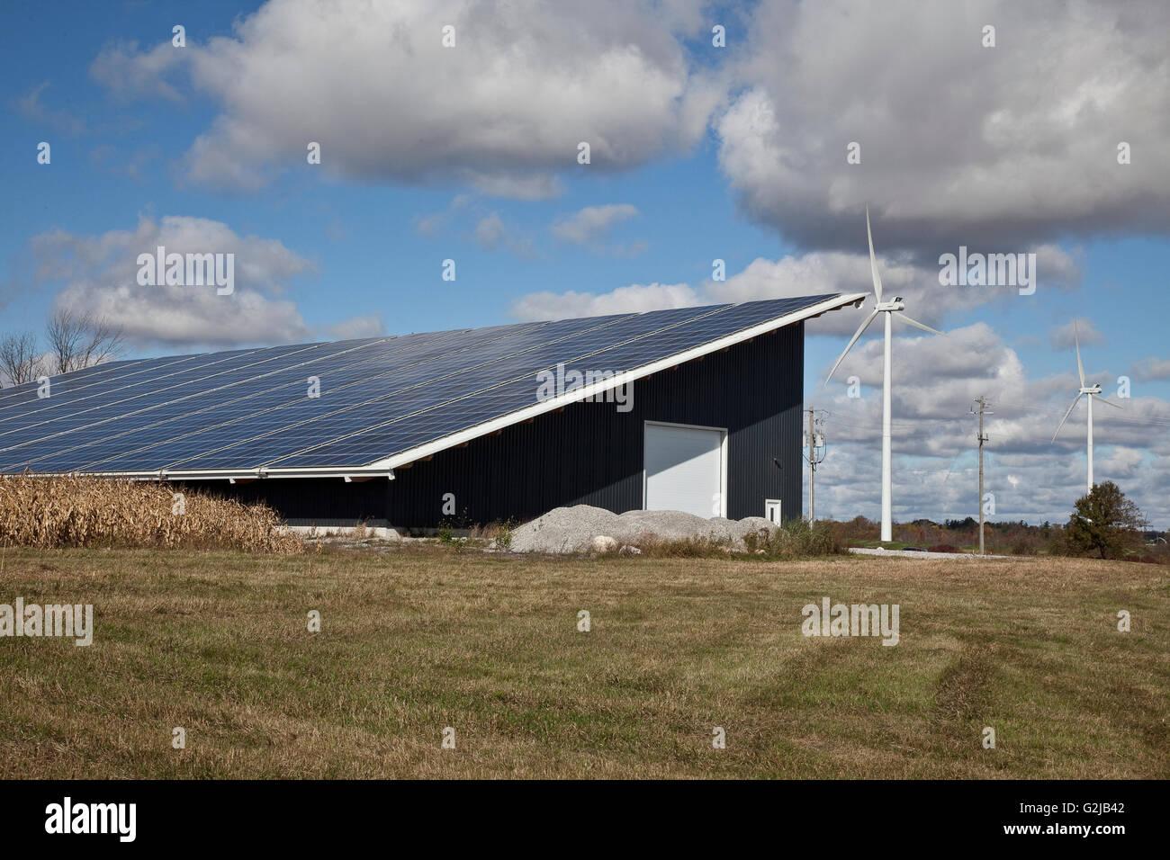 Pannelli solari su autostrade Edificio adibito allo stoccaggio in a sudovest Ontario (vicino al lago Erie), Ontario, Immagini Stock