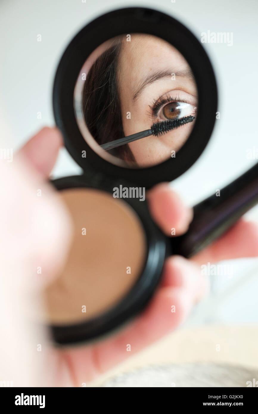 Donna di applicare il make-up Immagini Stock