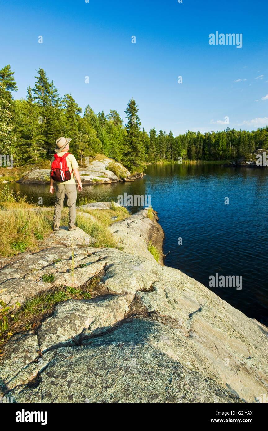 Escursionismo, il lago dei boschi, Northwestern Ontario, Canada Immagini Stock