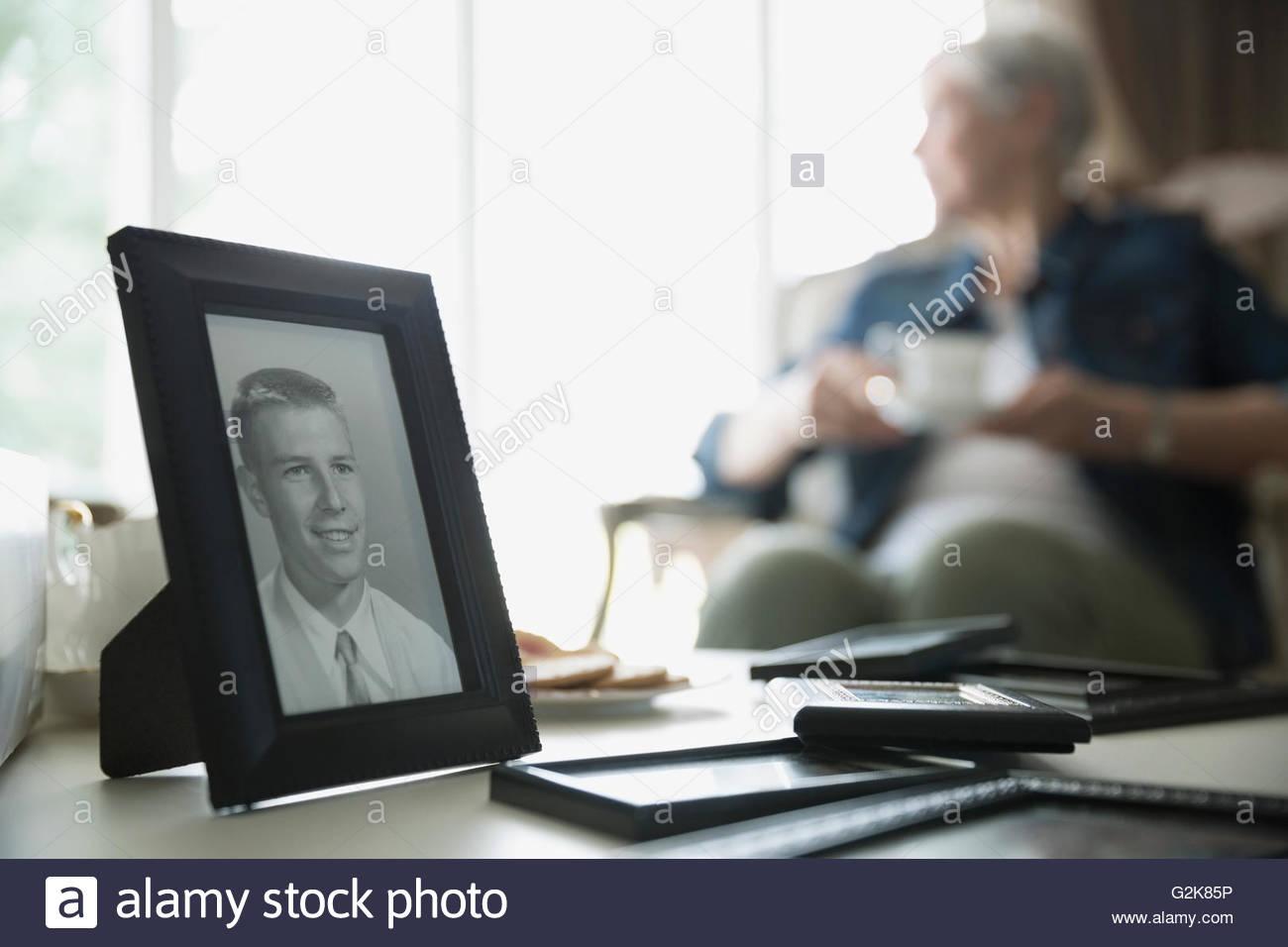Vecchia fotografia dell'uomo con la donna senior in background Immagini Stock