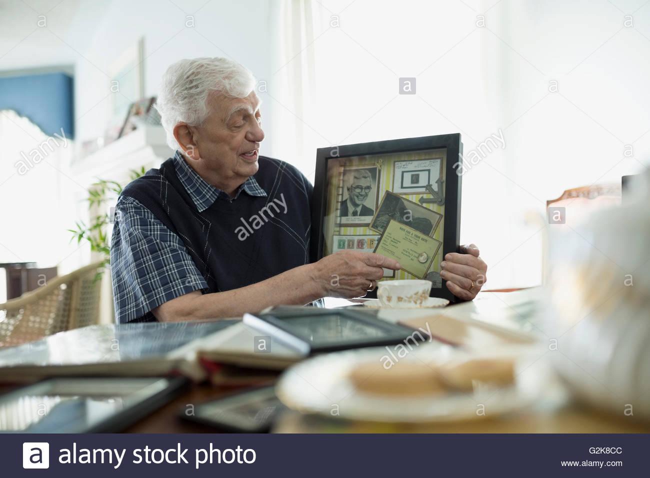 Senior uomo che mostra i cimeli del vecchio Immagini Stock
