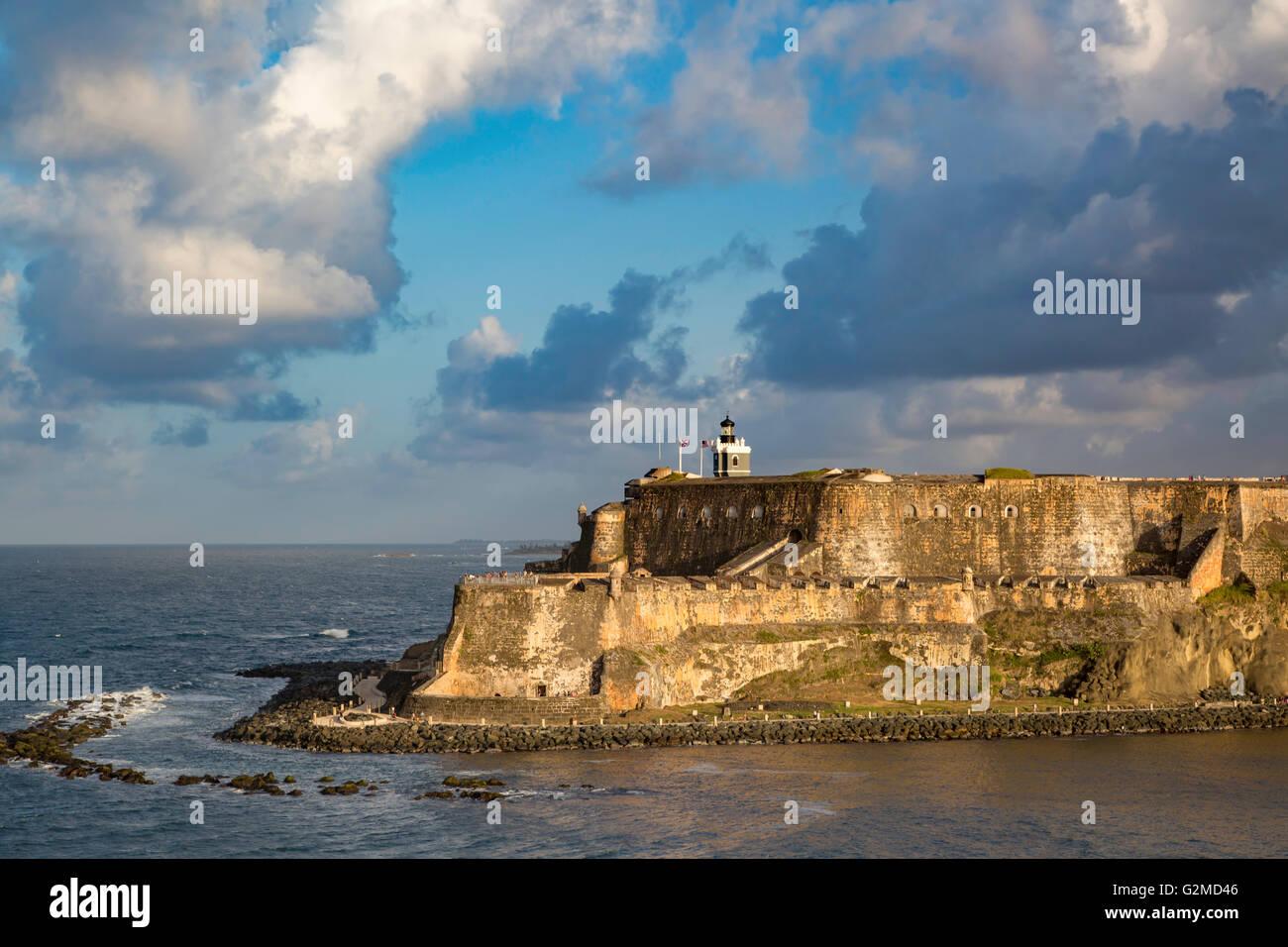 Impostazione della luce solare su fortezza El Morro, centro storico, San Juan, Puerto Rico Immagini Stock