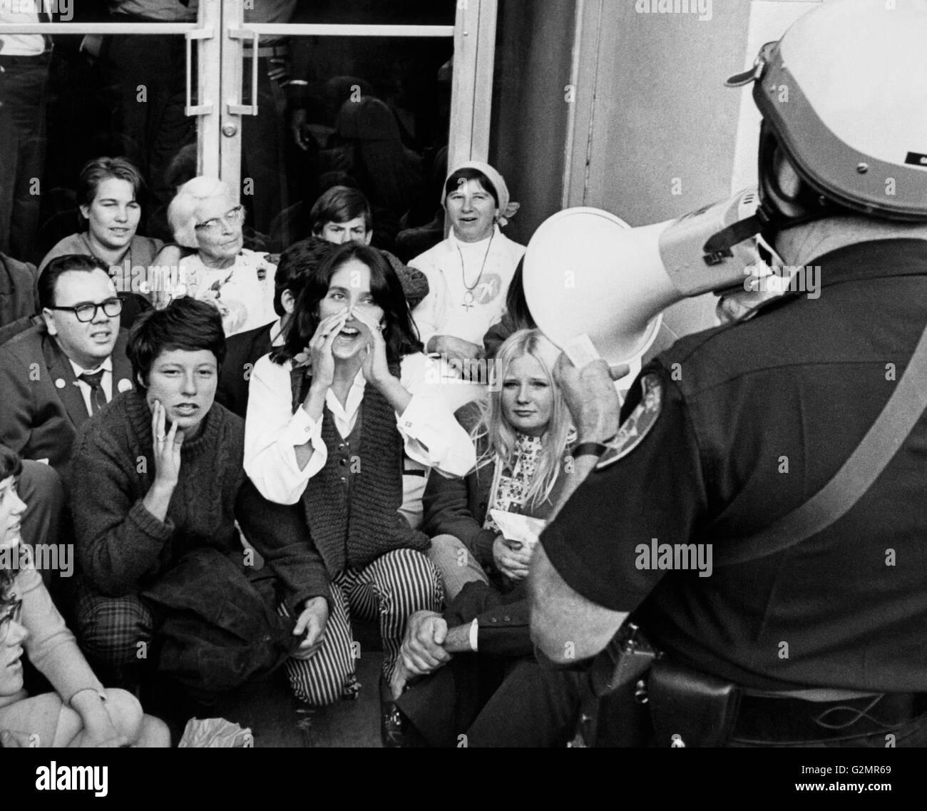 Oakland,cantante Joan Baez durante una dimostrazione antiwar,1967 Immagini Stock