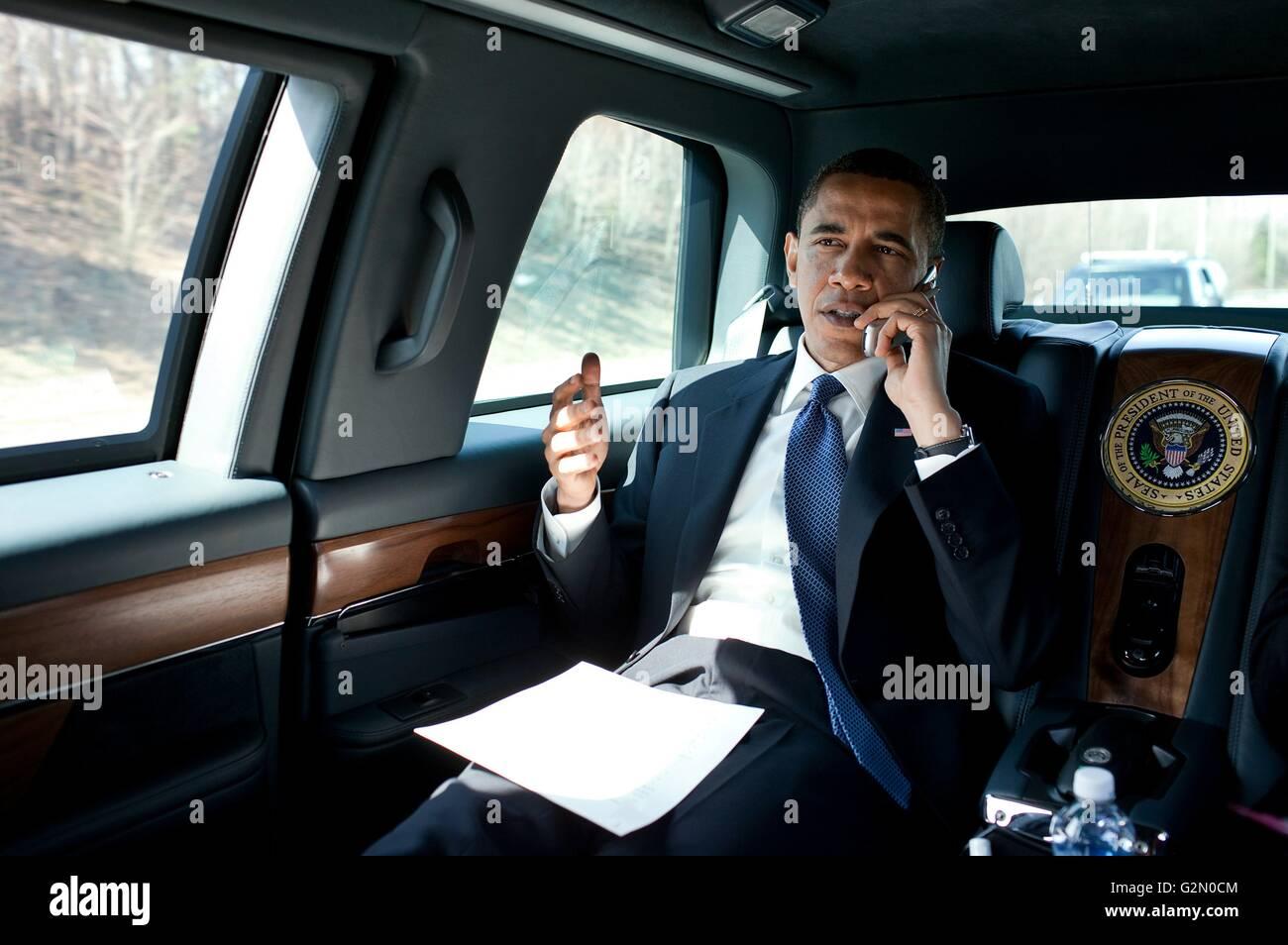 Barack Hussein Obama II (nato il 4 agosto 1961); xliv Presidente degli Stati Uniti, i colloqui su un telefono in Foto Stock