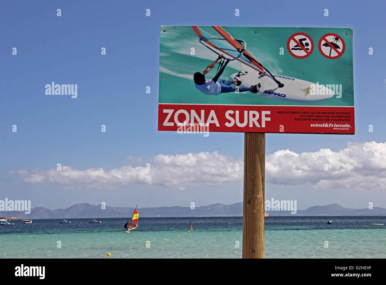 Zona Surf, segno indicante area riservata per wind surf, con windsurf in background Immagini Stock
