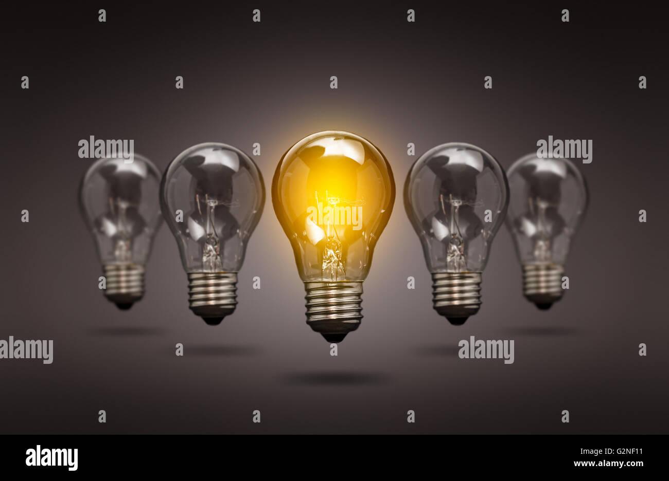 Lampadina luce di idee creative innovazioni leader - Immagine di stock Immagini Stock