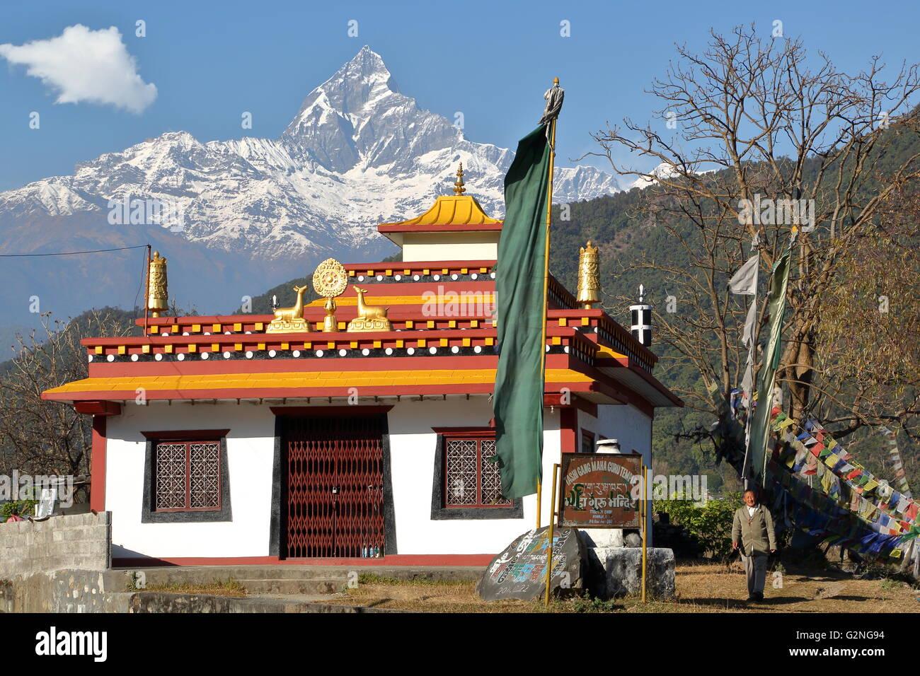 Il Tibetano Tashi pista Maha Guru tempio con picco di Machapuchare sullo sfondo vicino a Pokhara, Nepal Immagini Stock