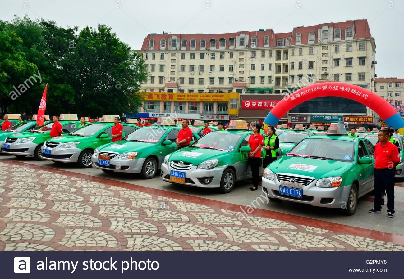 A Lei feng il team di 110 taxi lanciare un servizio navetta gratuito durante il collegio ingresso gli esami del Immagini Stock
