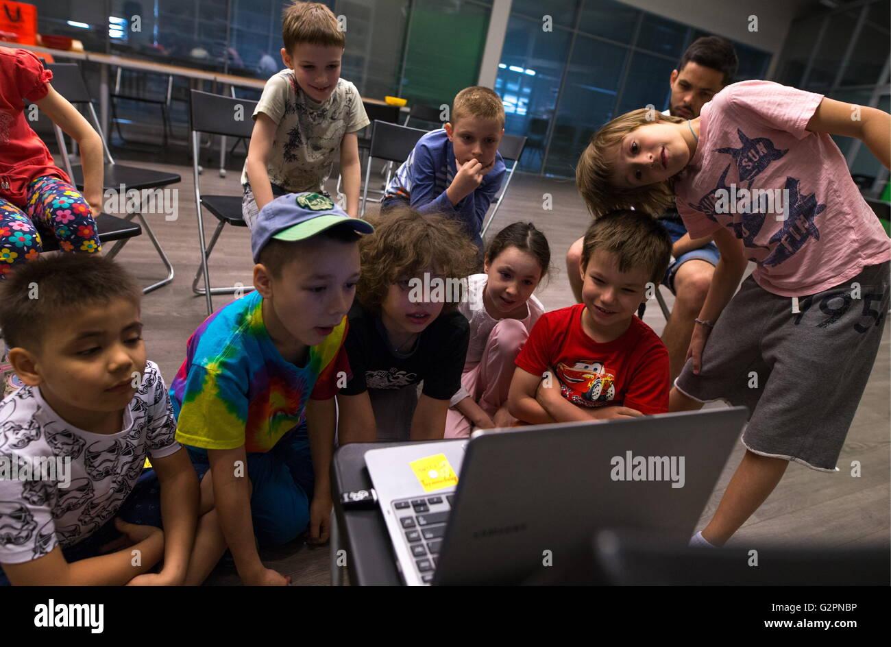 Mosca russia 1 giugno 2016: ragazzi e ragazze guardando cartoni