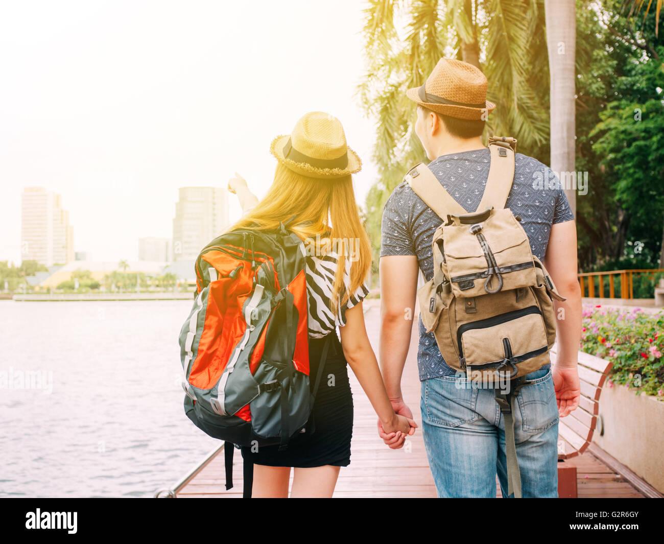 Accoppiare i viaggiatori a piedi e tenendo le mani insieme - cammino di amore e viaggi Foto Stock
