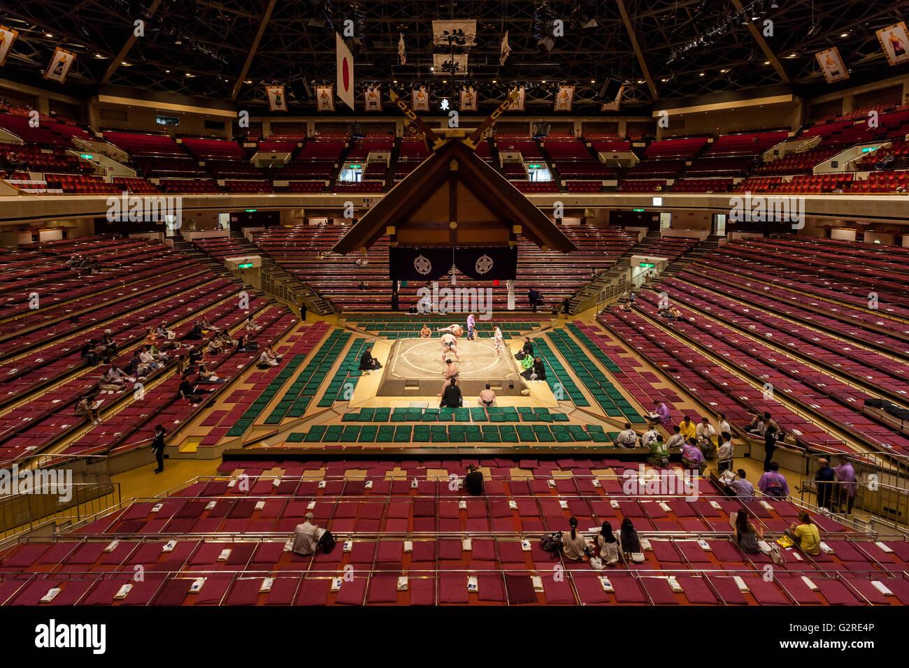 Immagine panoramica dell'interno del sumo Ryogoku Arena durante il torneo di Sumo Tokyo, Giappone. Venerdì Immagini Stock
