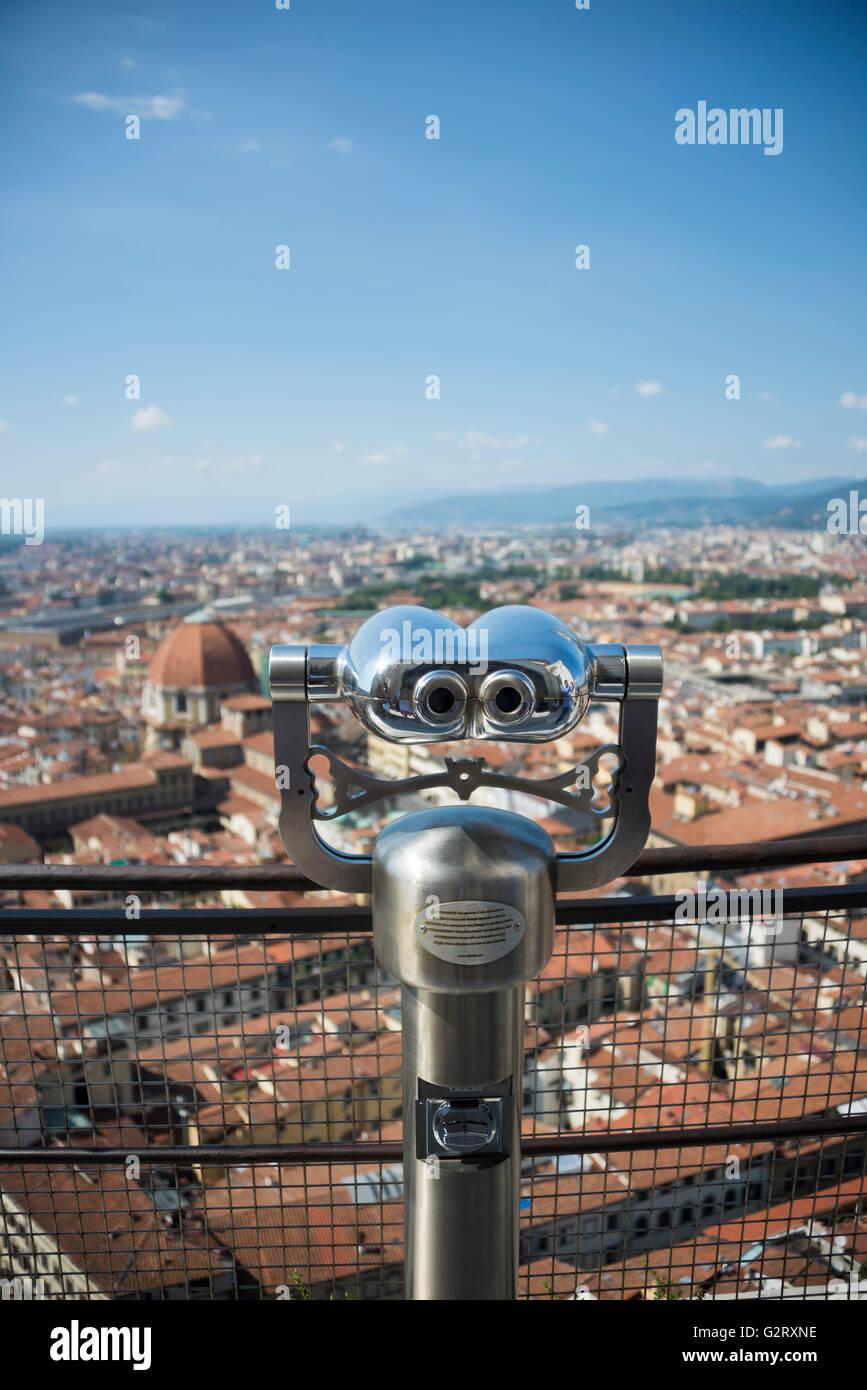 Un turista mirino sulla sommità della Cattedrale di Santa Maria del Fiore e la città sullo sfondo, Firenze, Immagini Stock