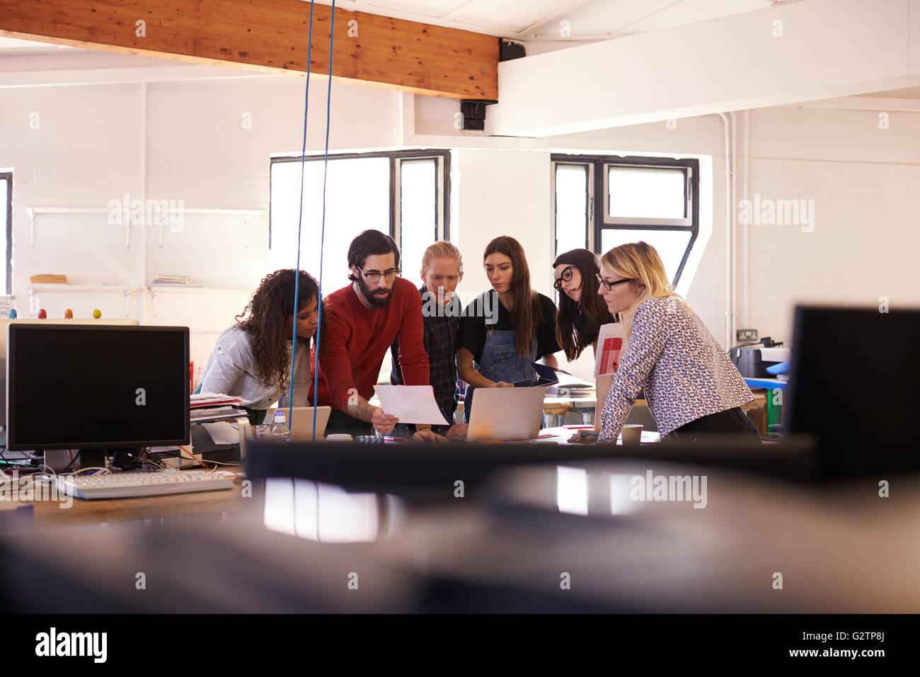 Ampia angolazione del designer di brainstorming in Office Meeting Immagini Stock