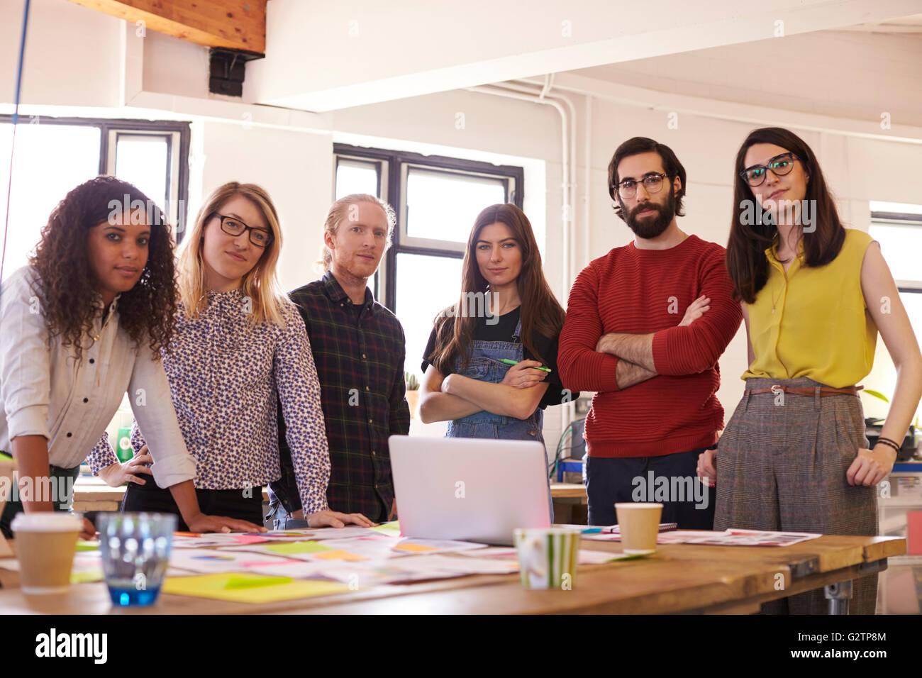 Ritratto di un team di progettazione in ufficio moderno Immagini Stock