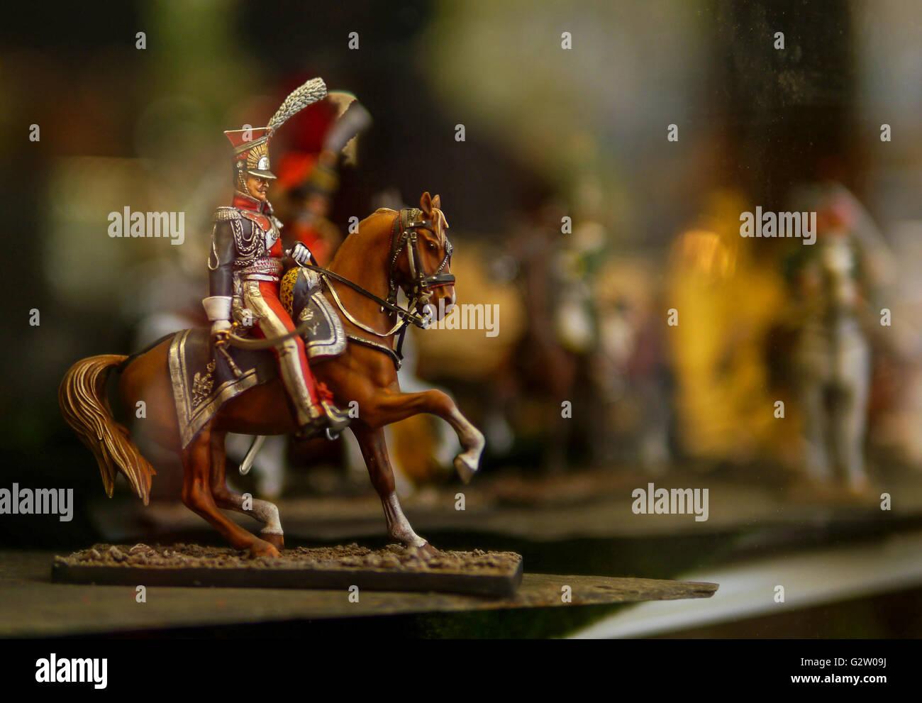 Un soldato giocattolo su un cavallo nella vetrina di un