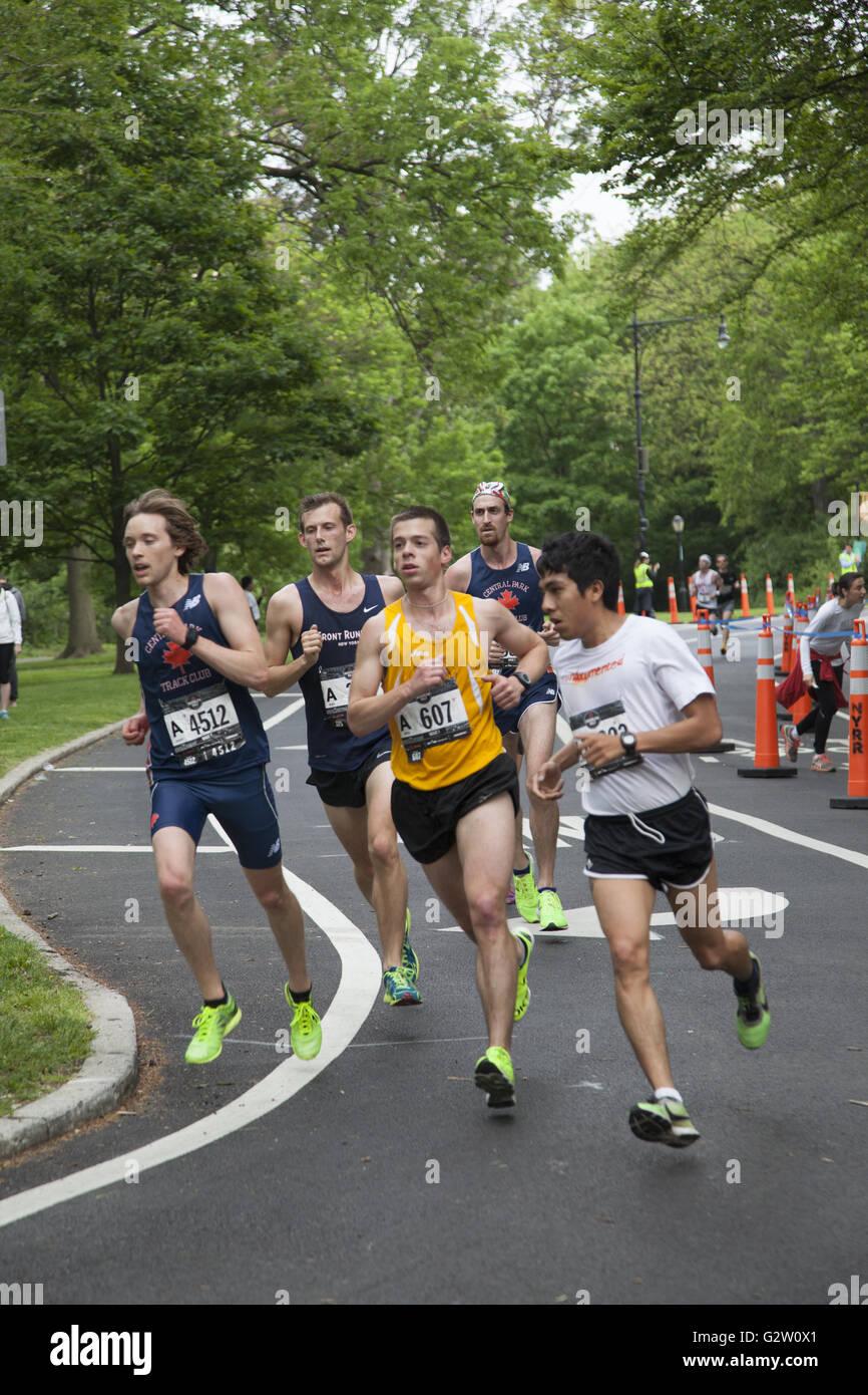 Oltre 28000 corridori hanno partecipato nel 2016 Brooklyn Mezza Maratona. La metà è stata raggiunta durante Immagini Stock