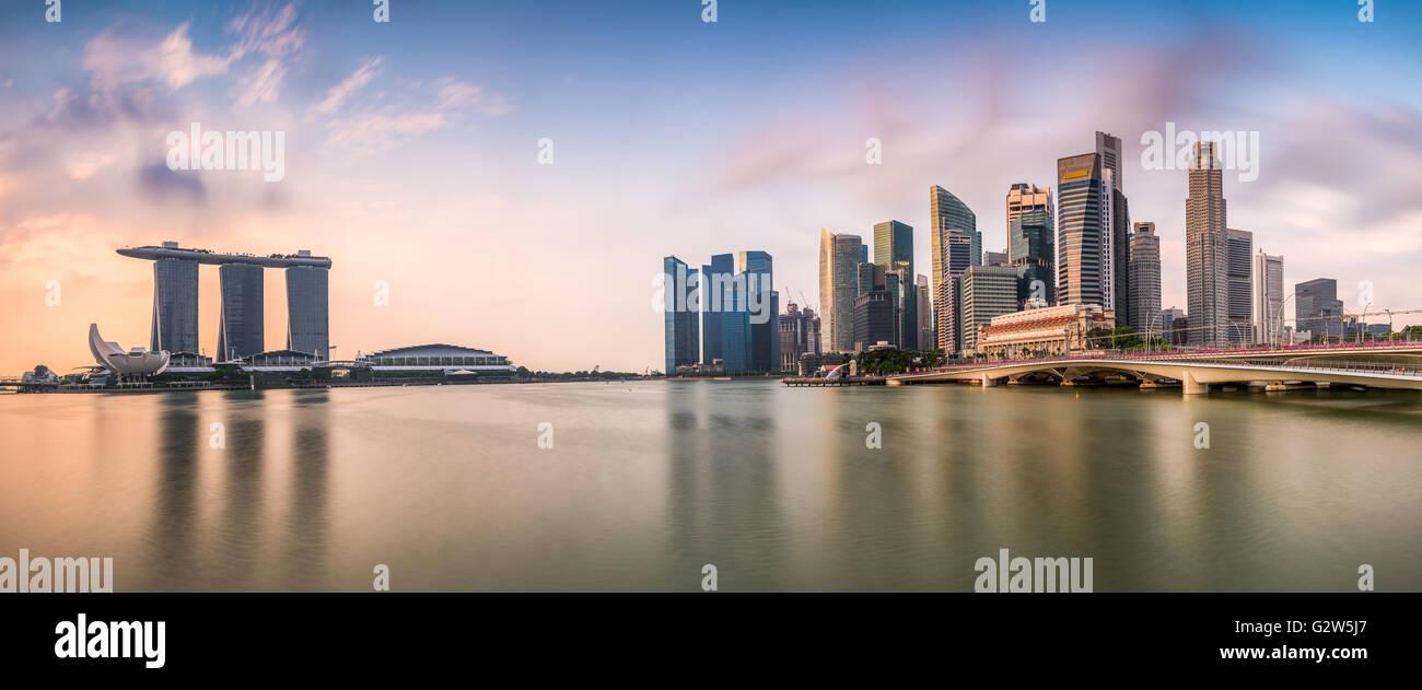 Lo skyline di Singapore presso la Marina durante il crepuscolo. Immagini Stock
