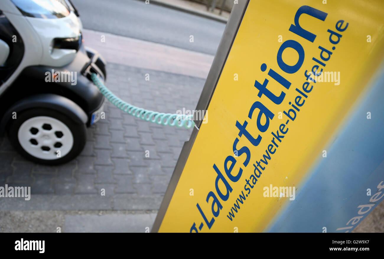 Bielefeld, Germania. Il 12 maggio 2016. Un elettricità auto alimentato viene ricaricata in corrispondenza di Immagini Stock
