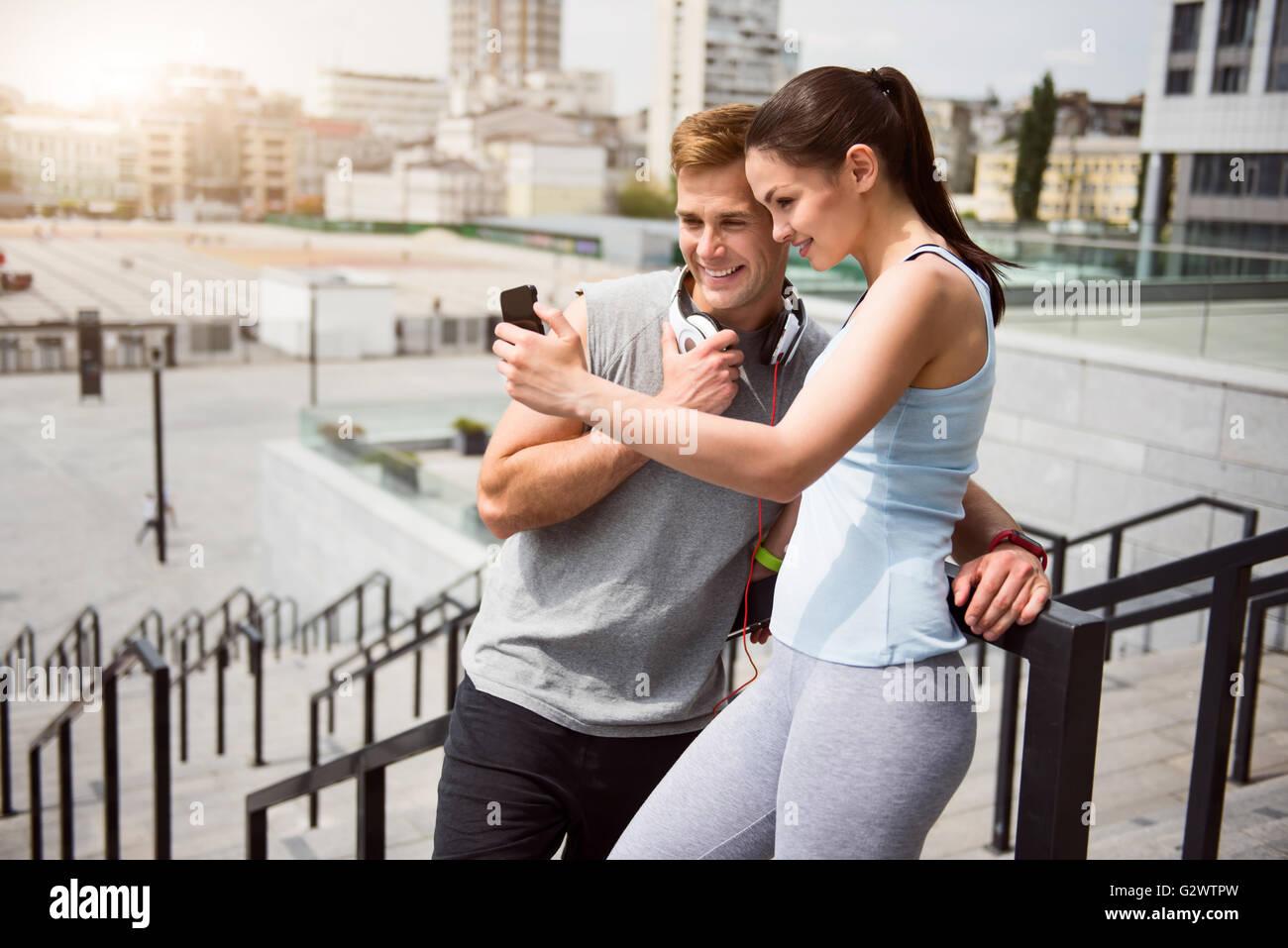 Uomo e donna che fa un selfie Immagini Stock