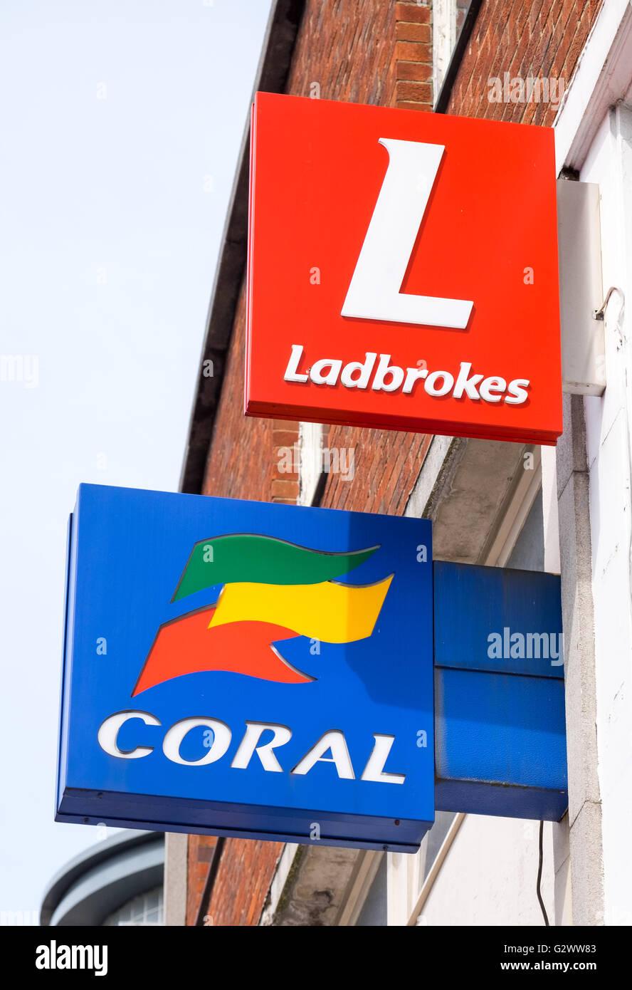 Corallo e Ladbrokes betting shop i segni della porta accanto a ciascun altro Immagini Stock