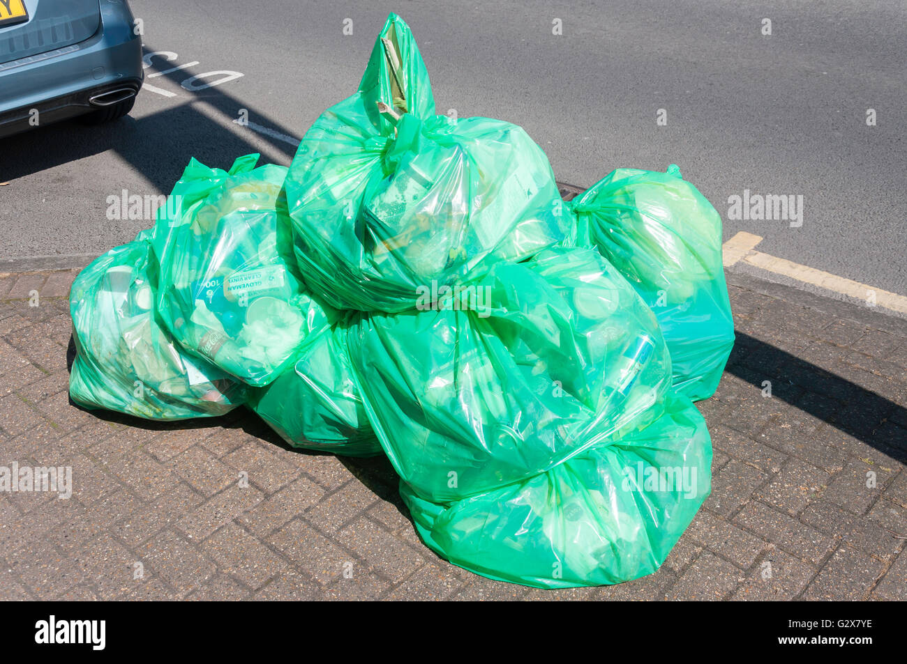 Riciclaggio di plastica Sacchi sul marciapiede, Church Road, Ashford, Surrey, England, Regno Unito Immagini Stock