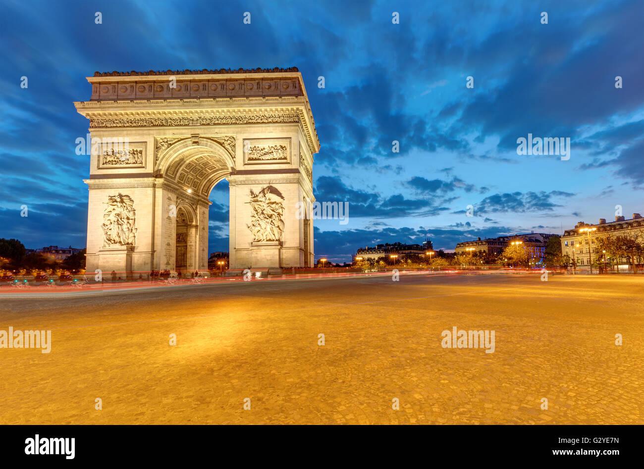 Il famoso Arc de Triomphe a Parigi all'alba Immagini Stock