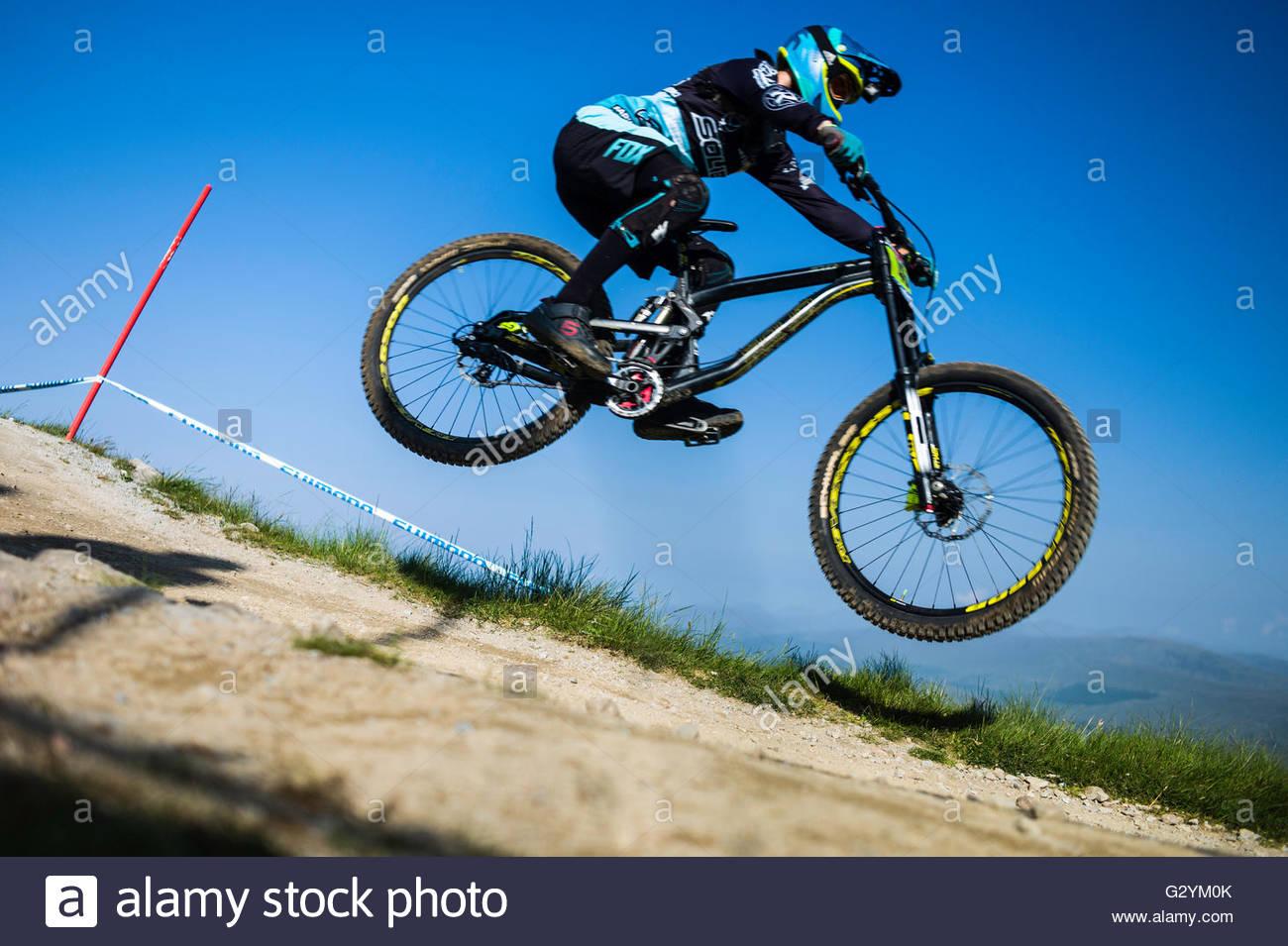 Nevis Range, Fort William, Scotland, Regno Unito. 5 Giugno 2016. I mondi leading mountain bikers discendere su di Immagini Stock
