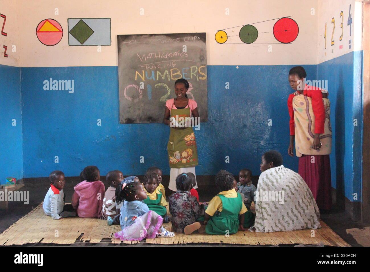 I bambini piccoli e il maestro, Malawi, Africa Immagini Stock