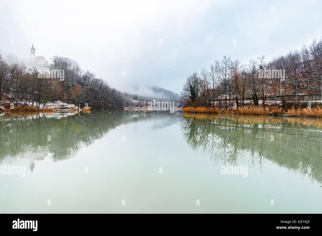 Vista del lago di Castel dell'Alpi in inverno. Immagini Stock