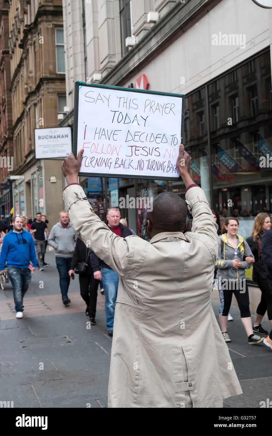 L'uomo Holding firmano a promuovere il Cristianesimo su Buchanan Street a Glasgow Regno Unito Immagini Stock
