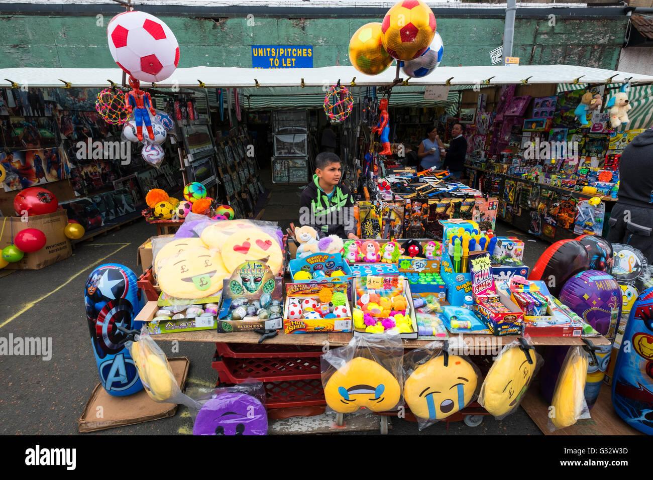 Bancarella vendendo a buon mercato giocattoli a Barras mercato Gallowgate Glasgow, Regno Unito Immagini Stock