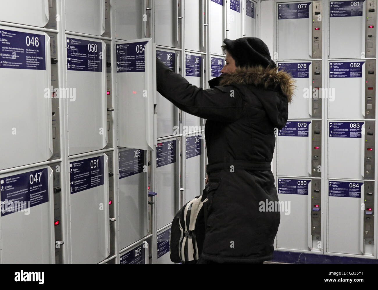 Berlino, Germania, donna usa un Bahnhofsschliessfach Immagini Stock