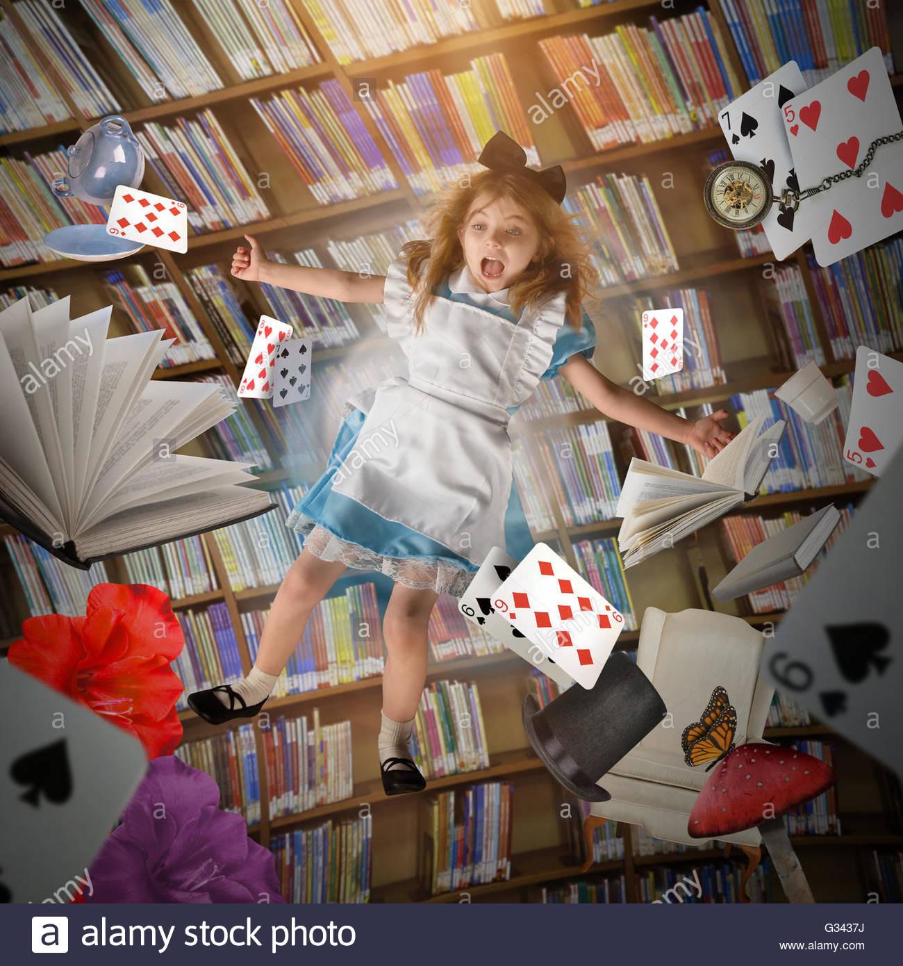 Una bambina è caduta giù con carte da gioco, gli orologi marcatempo e libri di storia in una libreria Immagini Stock