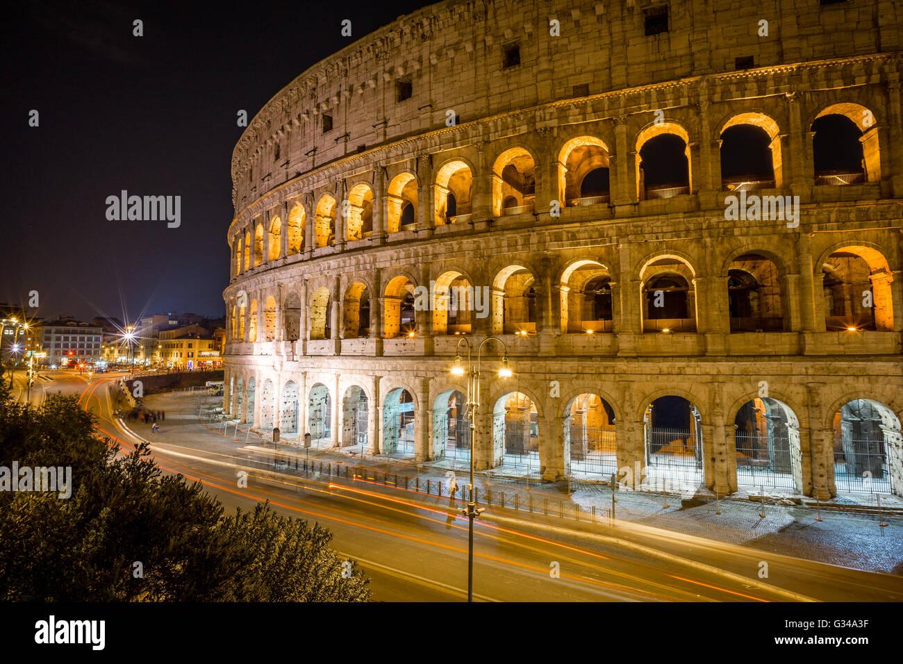 Una lunga esposizione del Colosseo di notte a Roma, Italia Immagini Stock