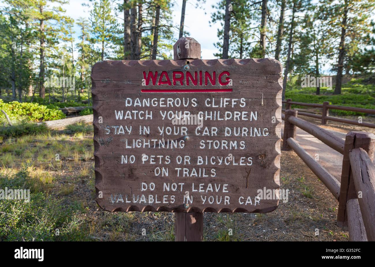 Segnale di avviso, pericoloso percorso di scogliera, Parco Nazionale di Bryce Canyon, Utah Immagini Stock